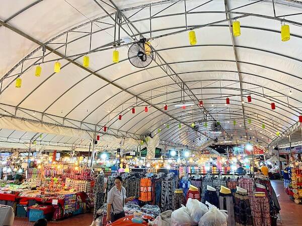 アヌサーン市場(Anusarn Market)の雑貨・衣料品エリア