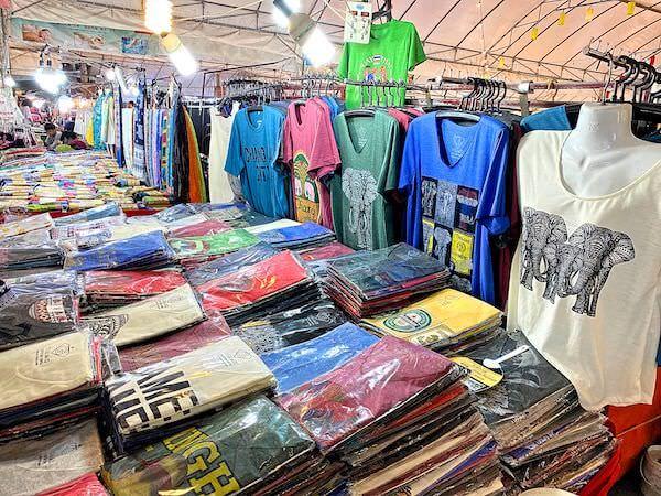 アヌサーン市場(Anusarn Market)のTシャツショップ