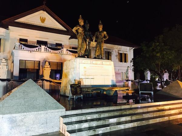 夜の3人の王像