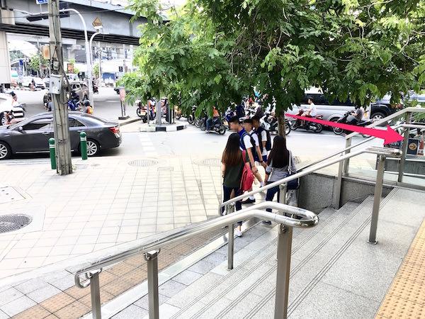 MRTペッチャブリ駅2番出口2