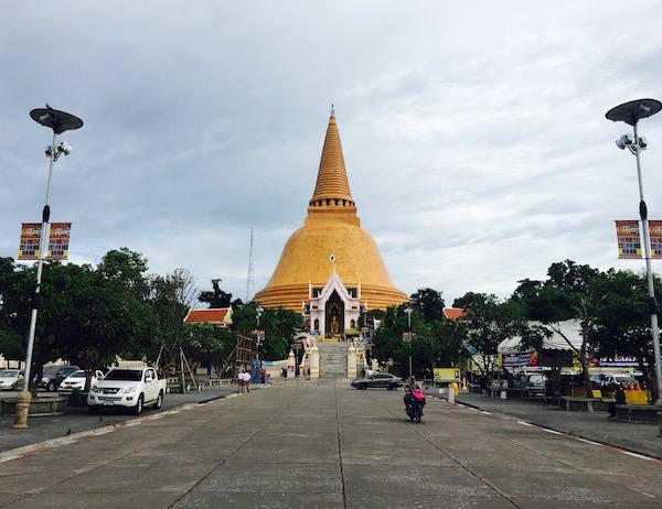 ナコンパトム観光ガイド。日帰りもできる世界一高い仏塔がある町。
