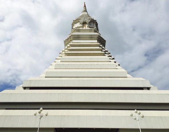 下から見た大仏塔