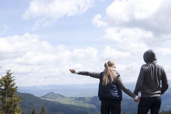山頂にいるカップル