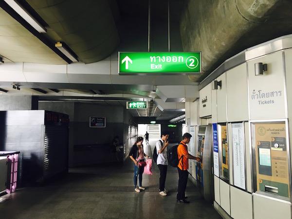 ウォンウィエン・ヤイ(Wongwian Yai)の2番出口