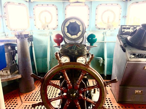 メークロン号の操舵室