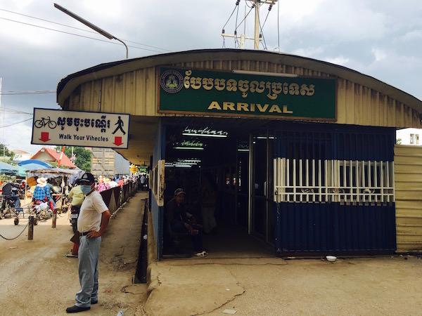 カンボジアの入国審査場