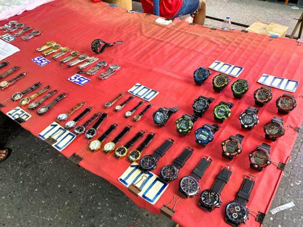 クロントム市場で売られている腕時計