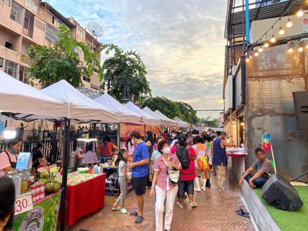 クローン オンアン ウォーキングストリート(Klong Ong Ang Walking Street)に並ぶ屋台