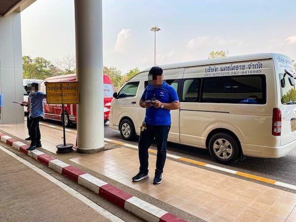 ナコンパノム空港のミニバス乗り場