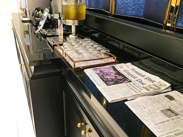 グランデ センター ポイント スクンビット 55 トンロー (Grande Centre Point Sukhumvit 55 Thong Lo)のレセプションにおいてある日本語の新聞