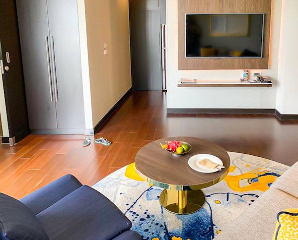 チャトリウム ホテル リバーサイド バンコク (Chatrium Hotel Riverside Bangkok)グランドスイート 1ベッドルーム リバービューのソファーとテレビ