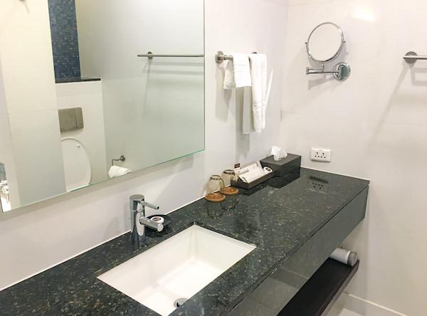 チャトリウム ホテル リバーサイド バンコク (Chatrium Hotel Riverside Bangkok)グランドルーム リバービューのシャワールーム洗面台