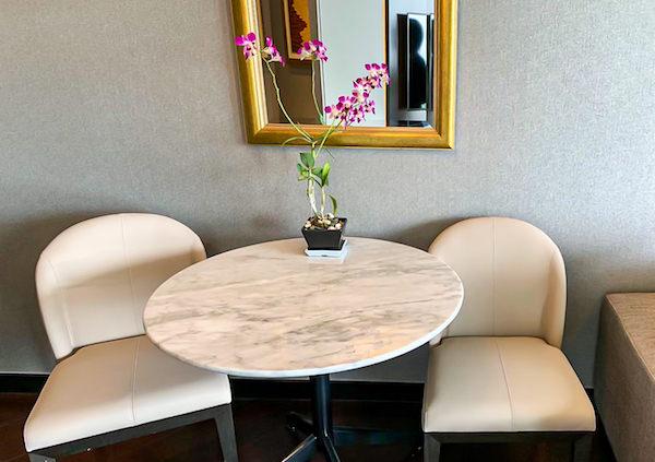 チャトリウム ホテル リバーサイド バンコク (Chatrium Hotel Riverside Bangkok)グランドスイート 1ベッドルーム リバービューのテーブルと椅子