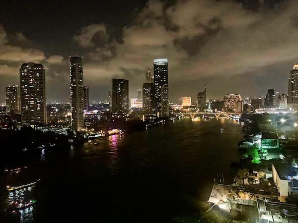 チャトリウム ホテル リバーサイド バンコク (Chatrium Hotel Riverside Bangkok)グランドスイート 1ベッドルーム リバービューのバルコニーから見える夜景