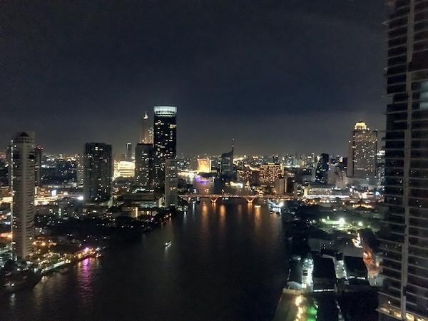 チャトリウム ホテル リバーサイド バンコク (Chatrium Hotel Riverside Bangkok)のスカイバーから見えるチャオプラヤー川と夜景2