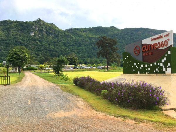 カーブ 360 ホテル カオヤイ(Curve360 Hotel Khao Yai)の入り口