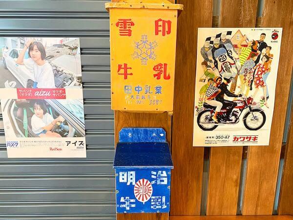 建物カフェ(Kafae Tuktheaw)店内にある昔の牛乳箱とポスター