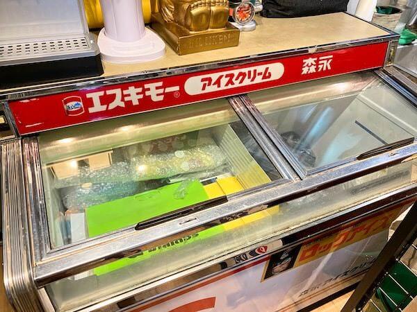 建物カフェ(Kafae Tuktheaw)店内にあるアイスクリームボックス
