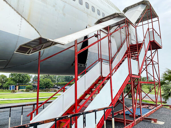 コラートの飛行機カフェ(Airplane Park)にある航空機のタラップ