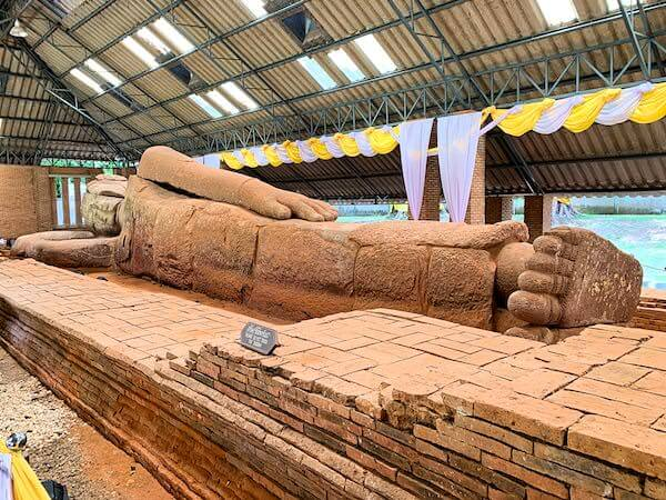 ワット タンマチャク セーマーラーム(Wat Dhammachakra Semaram/วัดธรรมจักรเสมาราม)の涅槃仏1