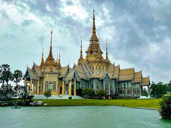 ワット ルアンポートー ソラポーン(Wat Lan Boon Mahawihan Somdet)の外観
