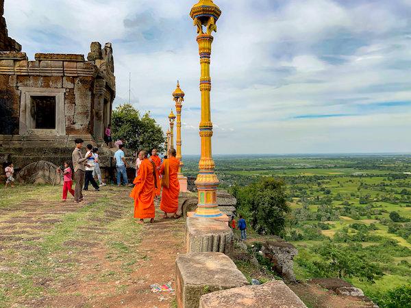 プノンチソール遺跡を見学している僧侶