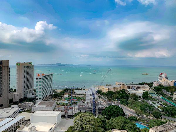 グランデ センター ポイント パタヤ(Grande Centre Point Pattaya)の客室バルコニーから見えるパタヤビーチ2