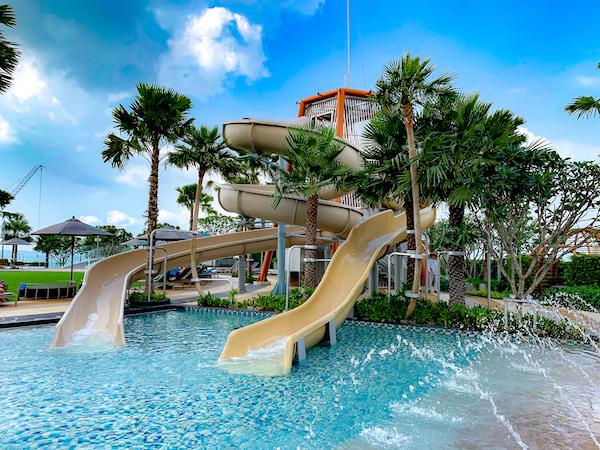 グランデ センター ポイント パタヤ(Grande Centre Point Pattaya)のプールにあるウォータースライダー