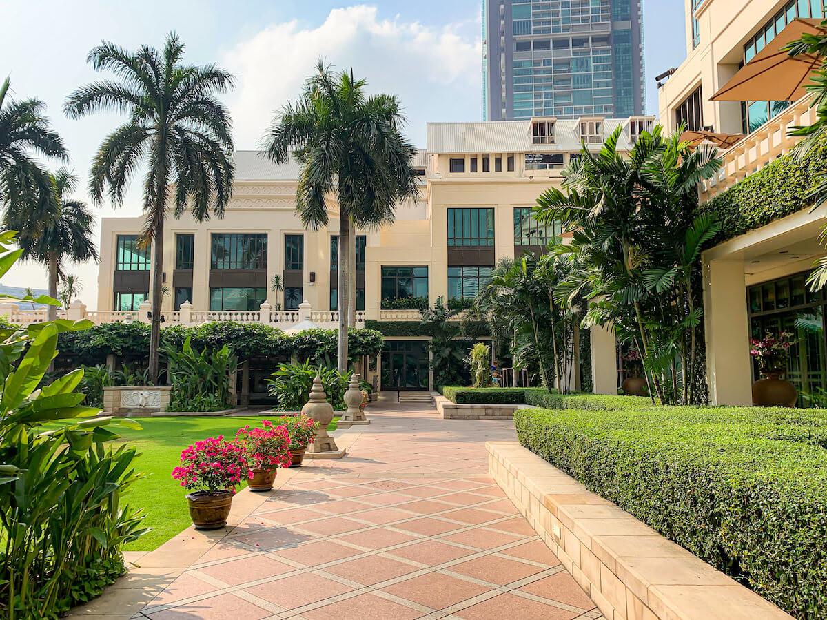 ザ ペニンシュラ バンコク(The Peninsula Bangkok)のプール横にある中庭1