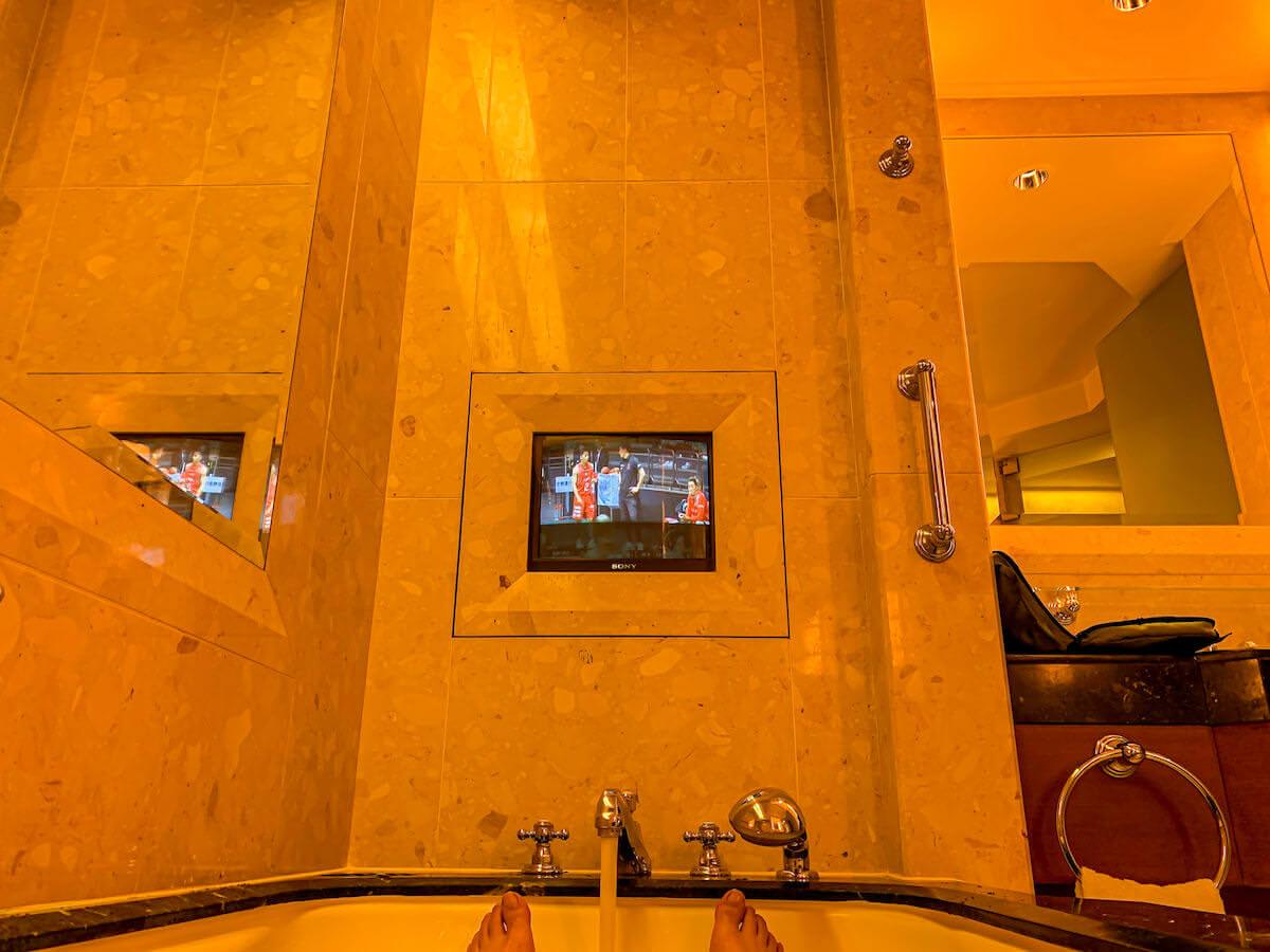 ザ ペニンシュラ バンコク(The Peninsula Bangkok)のバスタブに設置されているテレビ