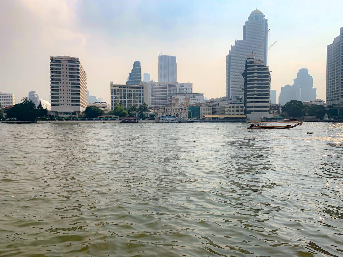 ザ ペニンシュラ バンコク(The Peninsula Bangkok)のプールから見えるチャオプラヤー川