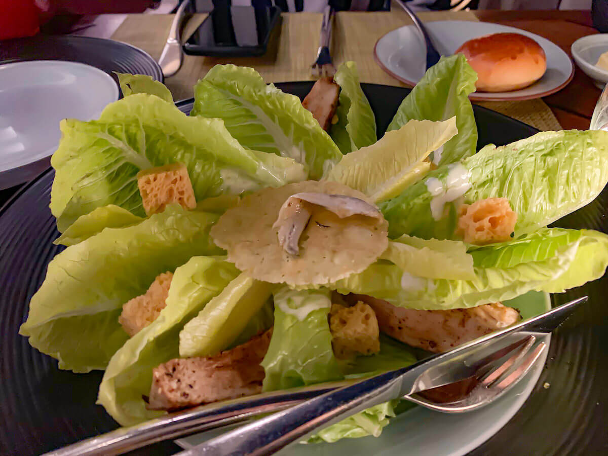 ザ ペニンシュラ バンコク(The Peninsula Bangkok)のレストランで食べたシーザーサラダ