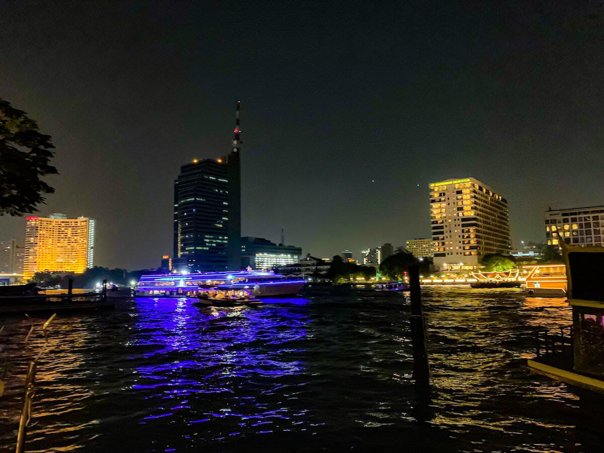 ザ ペニンシュラ バンコク(The Peninsula Bangkok)の川沿いレストランから見える景色