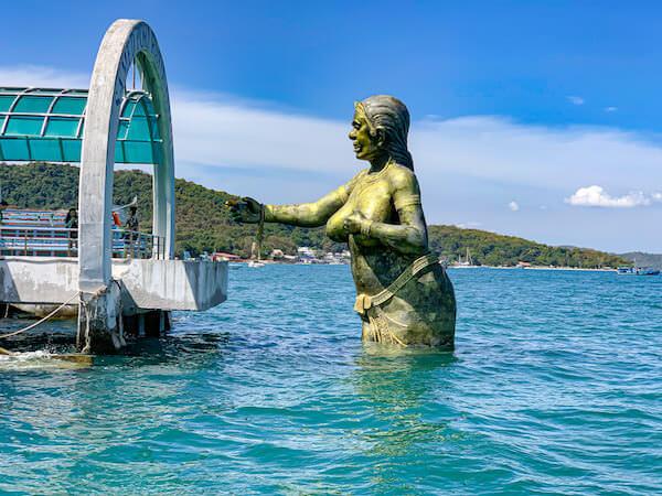 ナダン港に立っているピースアサムットの像2