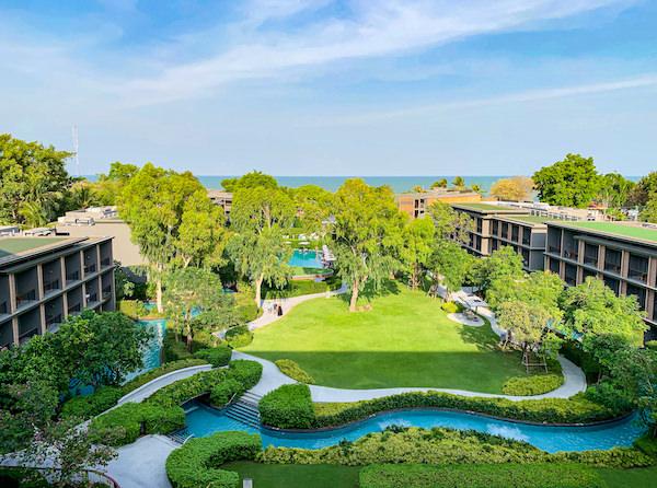 ホアヒン マリオット リゾート アンド スパ(Hua Hin Marriott Resort and Spa)のバルコニーから見える中庭