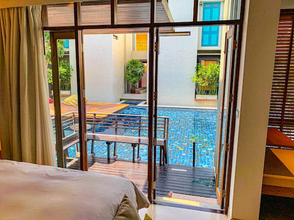 レッツシーホアヒン アルフレスコ リゾート(Let's Sea Hua Hin Al Fresco Resort)の客室内から見えるバルコニーとプール