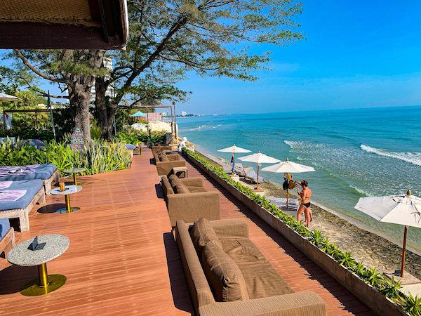 レッツシーホアヒン アルフレスコ リゾート(Let's Sea Hua Hin Al Fresco Resort)のオーシャンフロントレストラン1