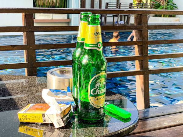 レッツ シー フアヒン アルフレスコ リゾート(Let's Sea Hua Hin Al Fresco Resort)の客室バルコニーで飲んだビール