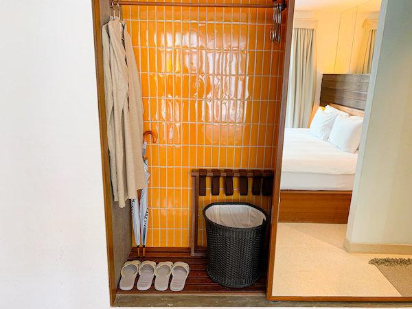 レッツ シー フアヒン アルフレスコ リゾート(Let's Sea Hua Hin Al Fresco Resort)の客室クローゼット内