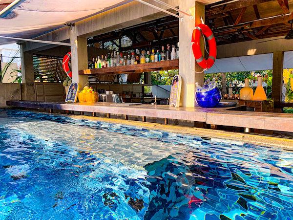 レッツ シー フアヒン アルフレスコ リゾート(Let's Sea Hua Hin Al Fresco Resort)のプールバー