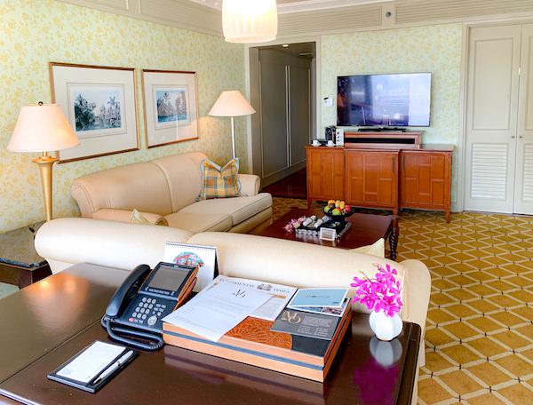 マンダリン オリエンタル バンコク(Mandarin Oriental Bangkok)の作業デスクとソファー