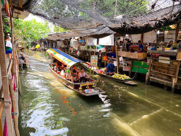 クローンラットマヨム水上マーケットを流れる運河を進むボート