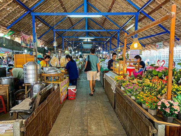 クローンラットマヨム水上マーケット内に並ぶ飲食店と雑貨店