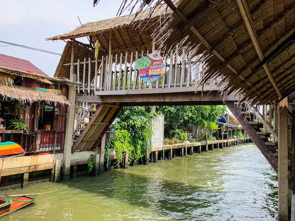 クローンラットマヨム水上マーケットの運河に架かる木造の橋