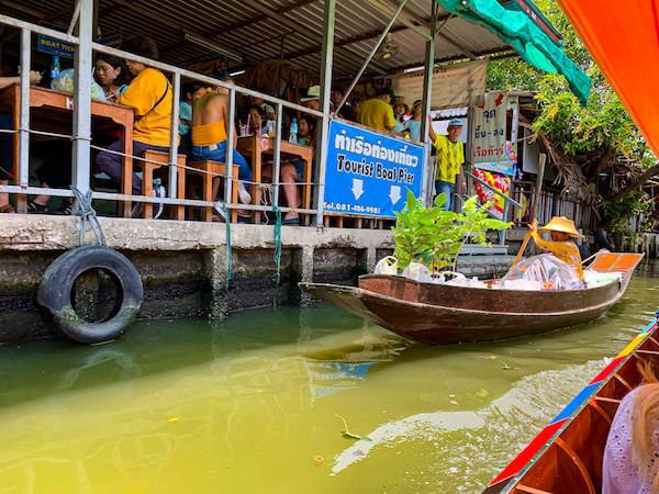 クローンラットマヨム水上マーケットの運河沿いに並ぶカフェ