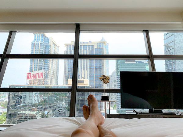 ローズウッド バンコク(Rosewood Bangkok)の客室ベッドから見る景色