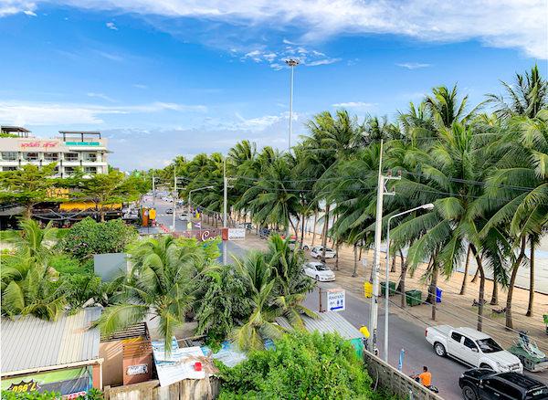 コースト バンセーン(Coasta Bangsaen)の客室バルコニーから見えるビーチロード