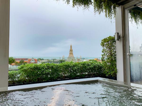 リヴァ アルン バンコク (Riva Arun Bangkok)のジャグジー風呂から見えるワットアルン