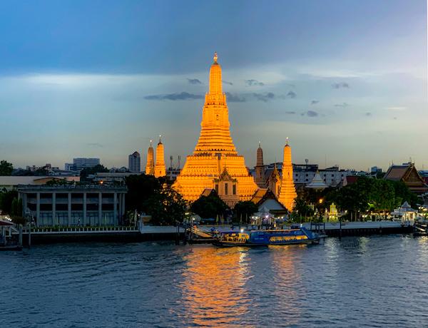 リヴァ アルン バンコク (Riva Arun Bangkok)のバルコニーから見た夕方のワットアルン