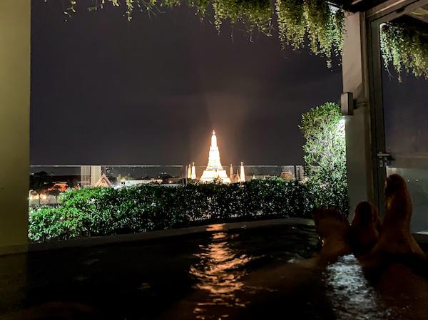 リヴァ アルン バンコク (Riva Arun Bangkok)のジャグジー風呂から見えるライトアップされたワットアルン